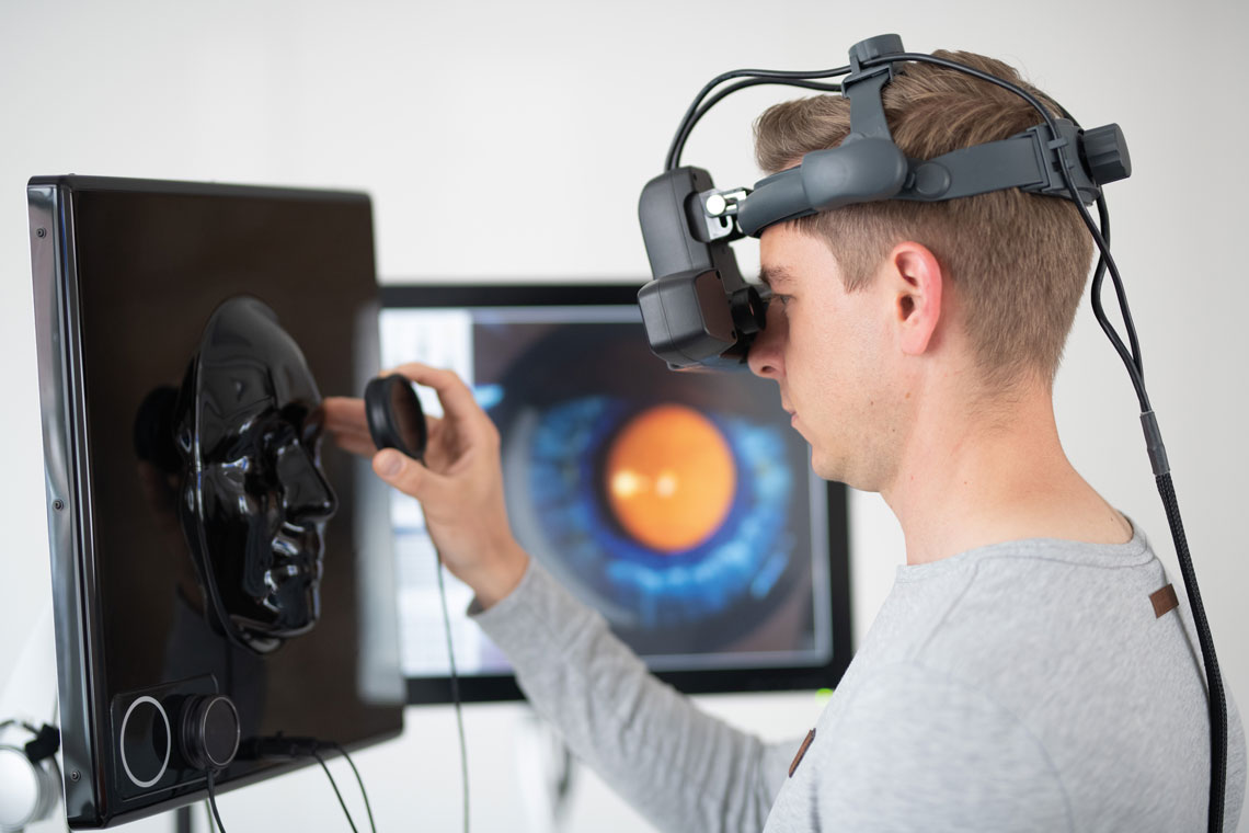 Student practicing indirect ophthalmoscopy on the training simulator (© VRmagic/Lachnith)