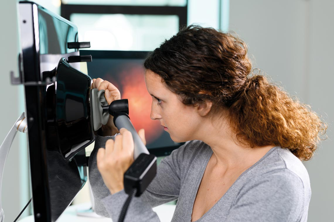 Student practicing otoscopy on the Earsi Otoscope simulator (© VRmagic/Lachnith)