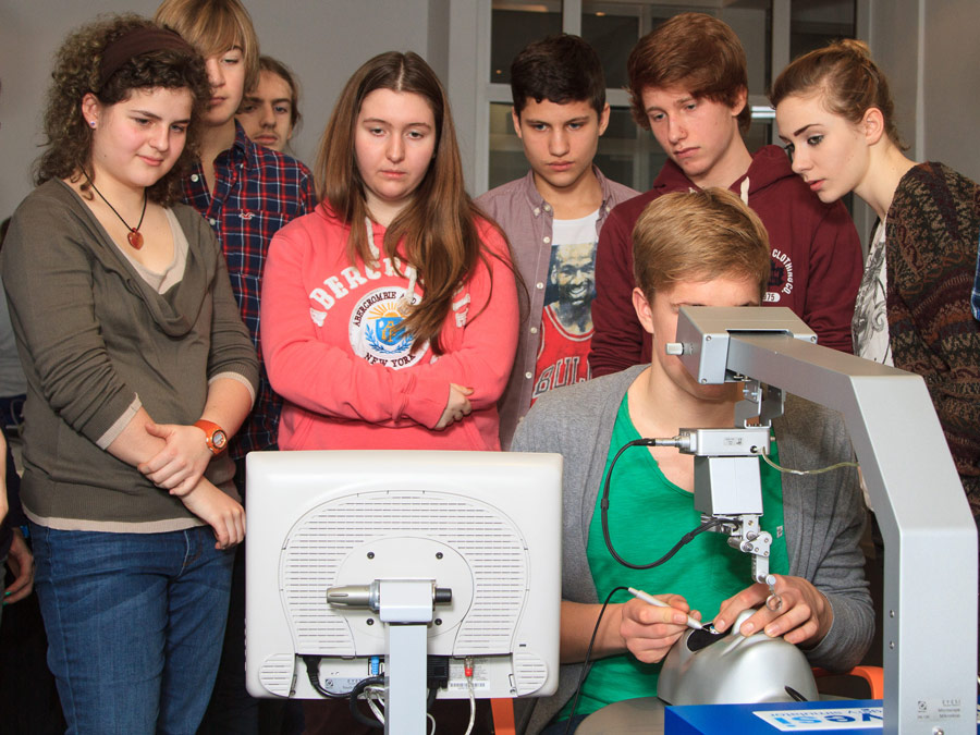 Pupils from the Mannheim Karl-Friedrich-Gymnasium on Eyesi Surgical